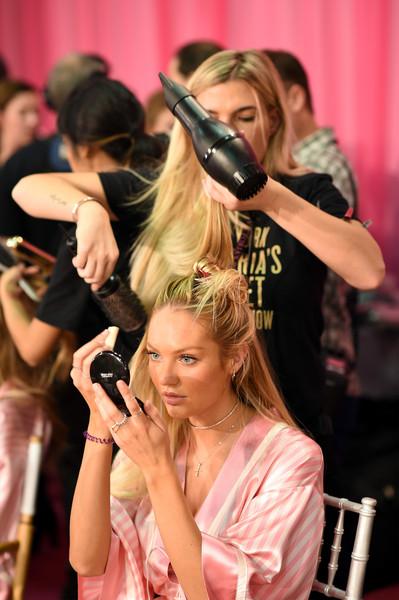 Candice+Swanepoel+2015+Victoria+Secret+Fashion+dY_XKJFrA19l