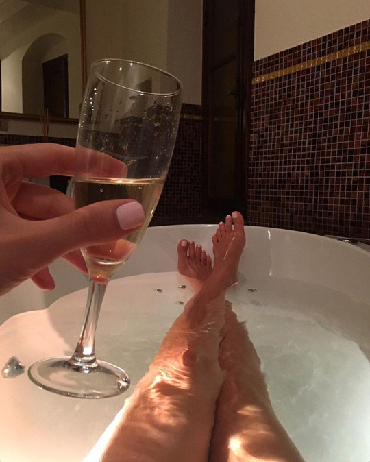 bath-champagne.girl