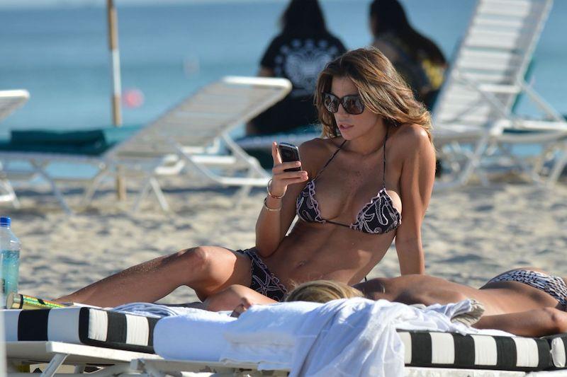 Claudia Galanti Espectacular en la Playa de Miami